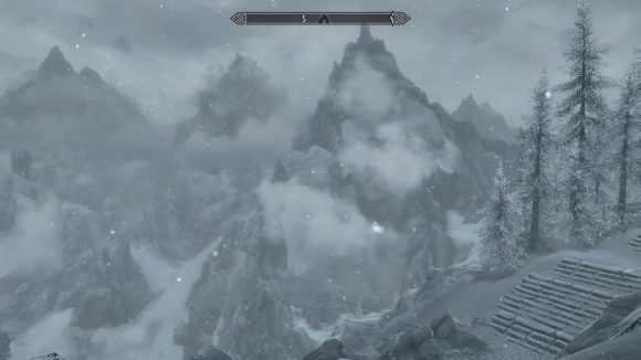 Wolkenverhangene Berge in Skyrim